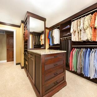 Ispirazione per una grande cabina armadio unisex stile americano con ante in stile shaker, ante in legno bruno e moquette