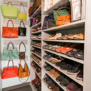 Foto de armario vestidor unisex, tradicional renovado, de tamaño medio, con armarios con paneles lisos, puertas de armario grises, suelo de baldosas de porcelana y suelo gris