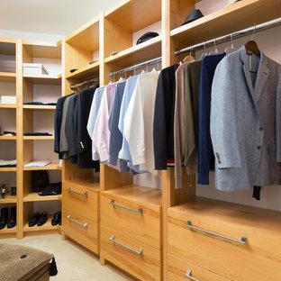 Immagine di uno spazio per vestirsi per uomo tradizionale di medie dimensioni con nessun'anta, ante in legno chiaro e moquette