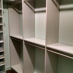 Immagine di una cabina armadio di medie dimensioni con ante grigie