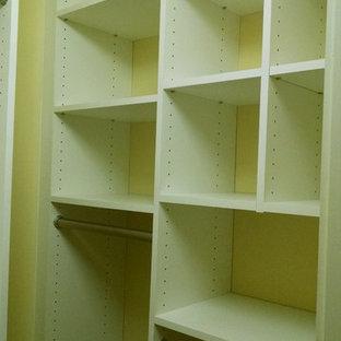 Foto de armario vestidor de mujer, pequeño, con puertas de armario blancas