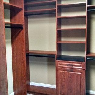 Diseño de armario vestidor grande con puertas de armario de madera oscura