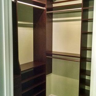 Foto di armadi e cabine armadio di medie dimensioni con ante in legno bruno