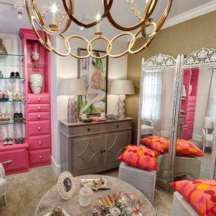 Cette image montre un dressing room bohème de taille moyenne pour une femme avec un placard avec porte à panneau surélevé, des portes de placard rouges et moquette.