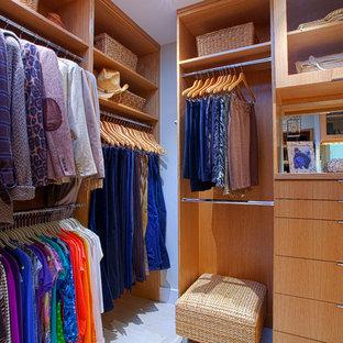 Mittelgroßer, Neutraler Moderner Begehbarer Kleiderschrank mit flächenbündigen Schrankfronten, hellen Holzschränken und Keramikboden in Dallas