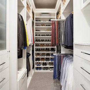 Idéer för mellanstora vintage walk-in-closets för könsneutrala, med släta luckor, vita skåp, heltäckningsmatta och brunt golv