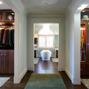 Ejemplo de armario y vestidor unisex, tradicional, con puertas de armario de madera en tonos medios