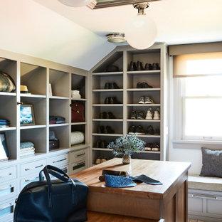 Ejemplo de armario y vestidor de hombre, costero, grande, con armarios estilo shaker, puertas de armario grises y moqueta