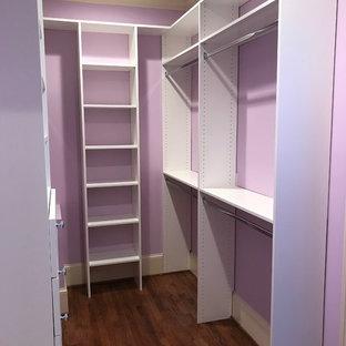 Ejemplo de armario vestidor unisex, clásico, de tamaño medio, con armarios con paneles lisos, puertas de armario blancas, suelo de madera en tonos medios y suelo marrón