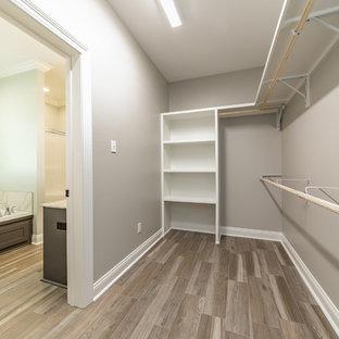 Ejemplo de armario vestidor unisex, de estilo de casa de campo, de tamaño medio, con suelo de baldosas de cerámica y suelo gris