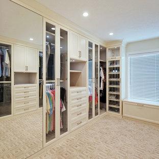 Exotisk inredning av en mycket stor garderob
