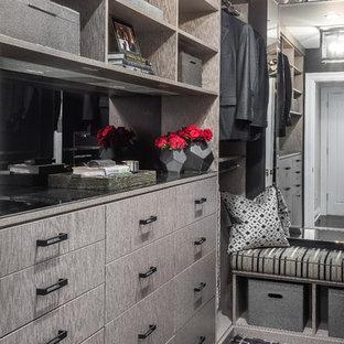 Ispirazione per una grande cabina armadio tradizionale con moquette e pavimento multicolore