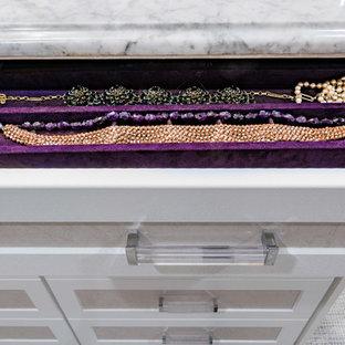 Idee per una grande cabina armadio per donna tradizionale con ante in stile shaker, ante bianche, moquette e pavimento multicolore