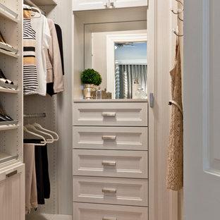Diseño de armario vestidor de mujer, tradicional renovado, pequeño, con armarios con paneles empotrados, puertas de armario beige y suelo de madera en tonos medios