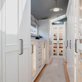 Diseño de armario y vestidor unisex y abovedado, costero, grande, con armarios con paneles empotrados, puertas de armario blancas, moqueta y suelo gris