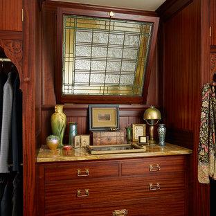 Foto på ett amerikanskt walk-in-closet för könsneutrala, med skåp i mellenmörkt trä och släta luckor