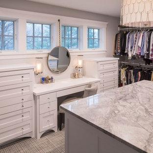 Diseño de armario vestidor unisex, clásico renovado, grande, con armarios estilo shaker, puertas de armario blancas y moqueta