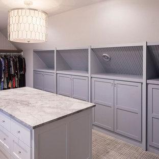 Ejemplo de armario vestidor unisex, tradicional renovado, grande, con armarios estilo shaker, puertas de armario blancas y moqueta