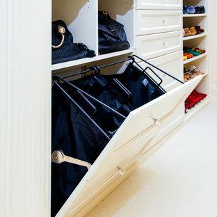 Modelo de vestidor unisex, tradicional renovado, de tamaño medio, con armarios con paneles empotrados, puertas de armario blancas, moqueta y suelo blanco