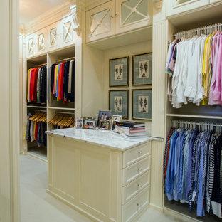 Свежая идея для дизайна: большая гардеробная комната унисекс в стиле современная классика с фасадами с утопленной филенкой, белыми фасадами, ковровым покрытием и бежевым полом - отличное фото интерьера