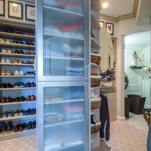 Ejemplo de armario vestidor de hombre, moderno, grande, con armarios con paneles lisos, puertas de armario de madera oscura y moqueta