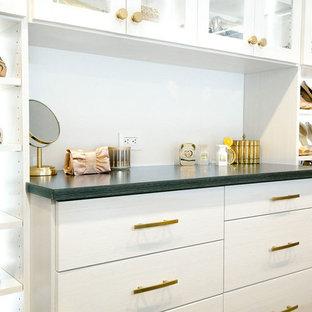 Diseño de armario vestidor unisex, tradicional renovado, extra grande, con armarios con paneles lisos, puertas de armario blancas, suelo de madera en tonos medios y suelo gris