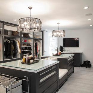 ニューヨークの男女兼用コンテンポラリースタイルのおしゃれなフィッティングルーム (オープンシェルフ) の写真