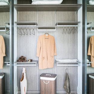 Foto di un piccolo armadio o armadio a muro unisex moderno con ante lisce, ante in legno bruno, pavimento in legno massello medio e pavimento grigio