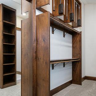 Imagen de armario vestidor unisex, de estilo americano, grande, con armarios abiertos, puertas de armario de madera en tonos medios, moqueta y suelo gris