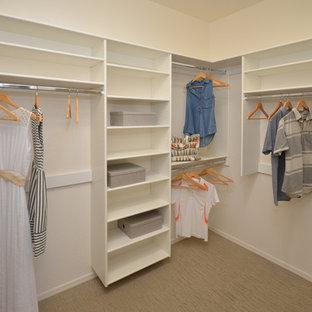 Foto de armario vestidor unisex, contemporáneo, de tamaño medio, con puertas de armario blancas y moqueta