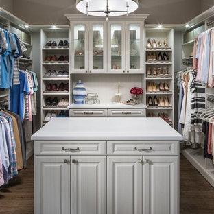 Ejemplo de vestidor unisex, contemporáneo, grande, con armarios con paneles con relieve, puertas de armario blancas, suelo de madera oscura y suelo marrón
