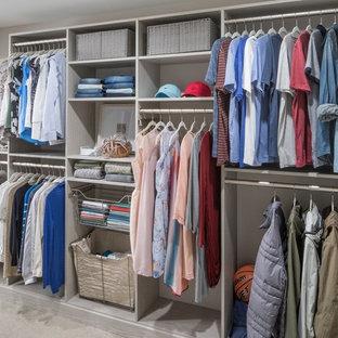 Imagen de armario vestidor unisex, actual, grande, con puertas de armario blancas, armarios abiertos, suelo de madera clara y suelo gris