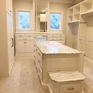 Foto di un grande spazio per vestirsi unisex classico con ante con bugna sagomata, ante bianche, moquette e pavimento marrone