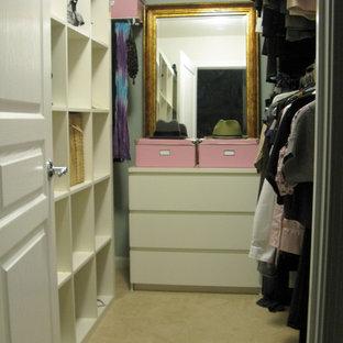 Ejemplo de armario vestidor bohemio con puertas de armario blancas