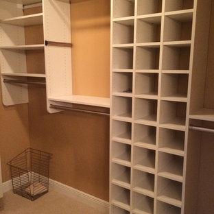 Imagen de armario vestidor unisex, ecléctico, grande, con armarios estilo shaker, puertas de armario blancas, moqueta y suelo beige