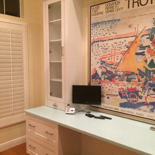 Foto de armario vestidor unisex, ecléctico, grande, con armarios estilo shaker, puertas de armario blancas y suelo de madera en tonos medios