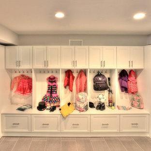 Großer, Neutraler Moderner Begehbarer Kleiderschrank mit Schrankfronten im Shaker-Stil, weißen Schränken und Porzellan-Bodenfliesen in New York