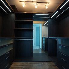 Modern Closet by CLOSETS SPAZIO SUYAI LLC