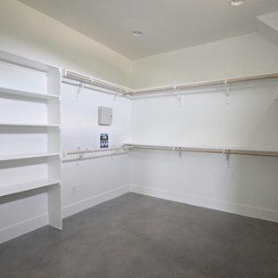 Foto de armario vestidor unisex, campestre, grande, con suelo de cemento y suelo gris