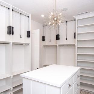 Foto di armadi e cabine armadio classici con ante in stile shaker, ante bianche, pavimento in vinile e pavimento multicolore