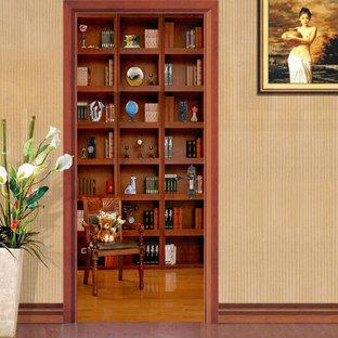 Diseño de armario y vestidor moderno, de tamaño medio, con puertas de armario de madera clara