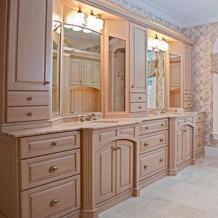 Diseño de vestidor de mujer, clásico, grande, con armarios con paneles con relieve, puertas de armario de madera clara, moqueta y suelo beige