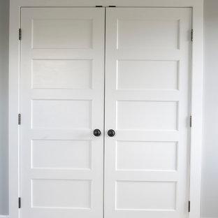 クリーブランドの男女兼用カントリー風おしゃれな壁面クローゼット (カーペット敷き、ベージュの床) の写真