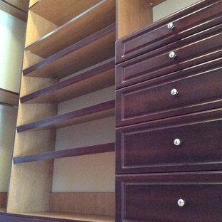 Diseño de armario vestidor unisex, contemporáneo, pequeño, con armarios abiertos, puertas de armario de madera oscura y suelo de madera clara