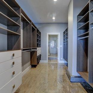 Foto di una grande cabina armadio unisex contemporanea con ante lisce, ante bianche, pavimento in cemento e pavimento beige