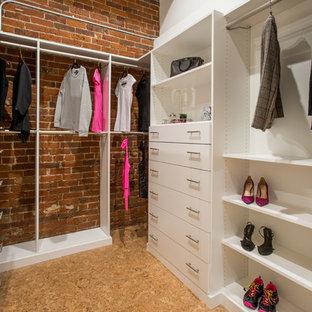 Modelo de armario vestidor unisex, industrial, con armarios abiertos, puertas de armario blancas, suelo de corcho y suelo beige