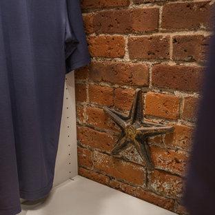 Diseño de armario vestidor unisex, urbano, con armarios abiertos, puertas de armario blancas, suelo de corcho y suelo beige