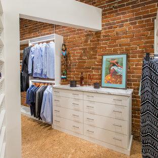 デンバーの男女兼用インダストリアルスタイルのおしゃれなウォークインクローゼット (オープンシェルフ、白いキャビネット、コルクフローリング、ベージュの床) の写真