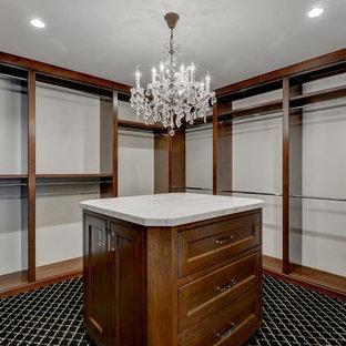 Diseño de vestidor unisex, clásico, grande, con puertas de armario de madera oscura, moqueta y suelo negro