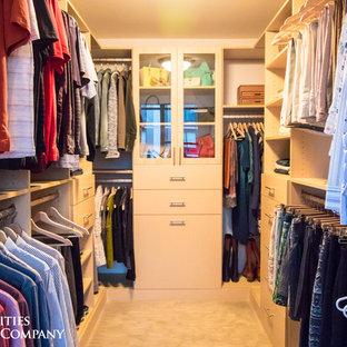 Diseño de armario vestidor unisex, tradicional, pequeño, con armarios con paneles lisos, puertas de armario de madera clara, moqueta y suelo beige